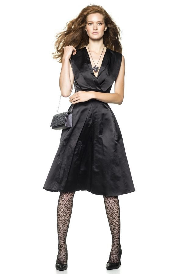 Jurk met lage V-hals, die bestaat uit een overslageffect met een paar diepe plooien. De rok met plooien is extra wijd, in modejargon: een full-skirt. Door de tailleband ontstaat het zandlopereffect.
