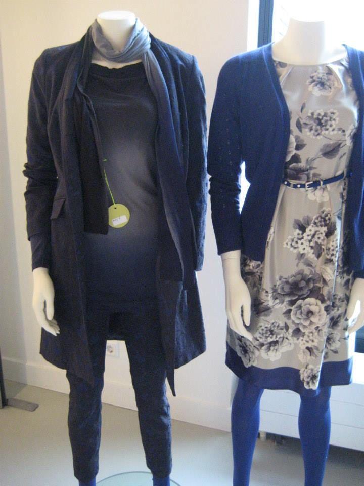 Model: katrin, kleur: grey (rechts)   Mooie Kyra & Ko jurk in een licht grijze kleur met een bloemenprint. De jurk heeft een donkerblauwe rand aan de onderkant en er zit een dun riempje bij. De jurk heeft een watervalhals.   Deze Kyra & Ko jurk is gemaakt van 100% polyester en de voering bestaat ook 100% polyester.