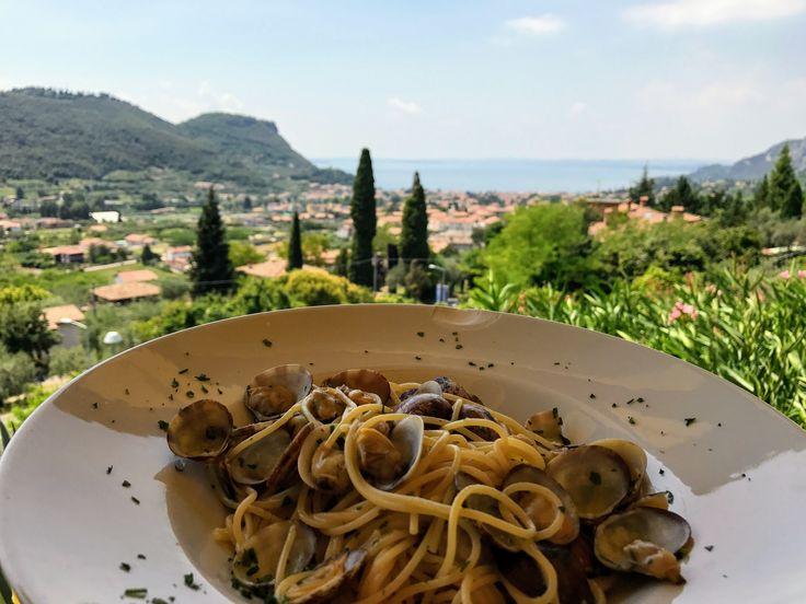 Dinner with a view Wanneer we op vakantie zijn aan het Gardameer gaan we ook op zoek naar leuke restaurantjes. Regelmatig ontdekken we wel weer eens iets nieuws. Op deze site kan je een aantal van mijn favoriete restaurantjes terugvinden. Vandaag neem ik je mee naar Costermano, in de buurt van Garda. Ristorante Miralago Costermano …