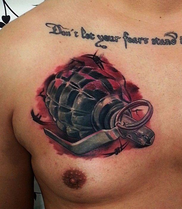 Granate Brust Tattoo mit Schrift