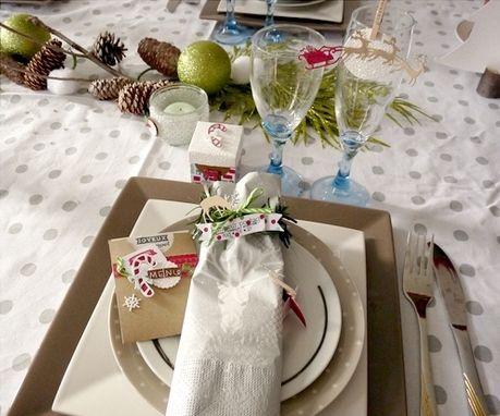 Les jolies tables sont de saison! Pour émerveiller vos invités, rien de tel qu'une jolie table décorée par vos soins !  Autour de jolies assiettes, Snoopie vous aide a créer une ambiance de Noël : paillettes, couleurs de Noël et éléments de fêtes agrémenteront alors votre «Sweet table»! Un assortiment d'une décoration d'assiette ou rond de serviette, une pochette menu, un pochette ou boîte cadeau, [...]Lire la suite