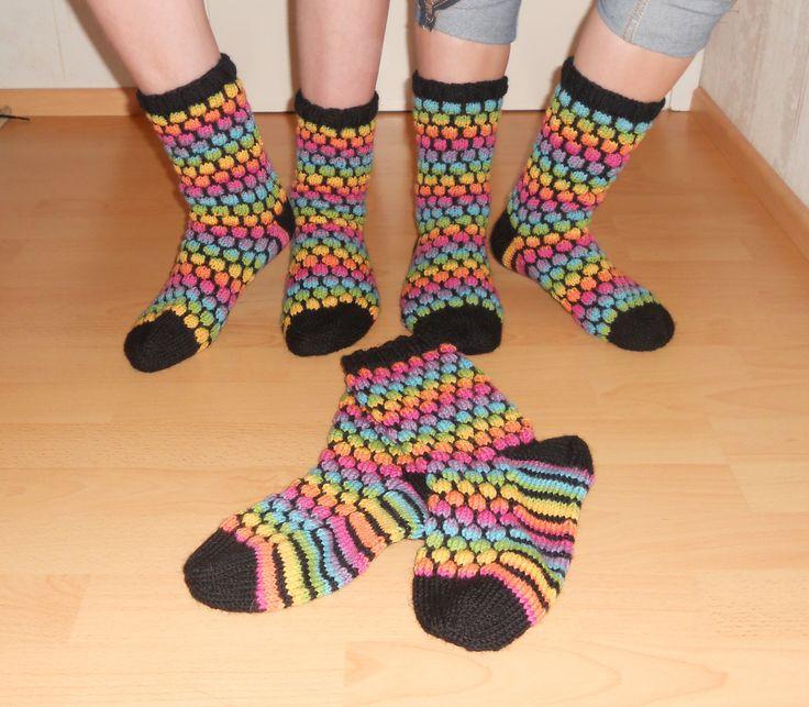 """Joululahjaksi tein Pikkusiskolleni ja veljeni tytöille """"Kuplivat"""" sukat. For Christmas I did for my little sister and my brother girls 'Sparkling' socks."""