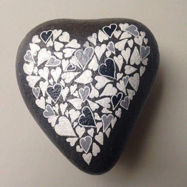Hjertesten #hjerte #hygge #maledesten #sten #stoneart #afslapning #loveit #paintedstones #kærlighed#