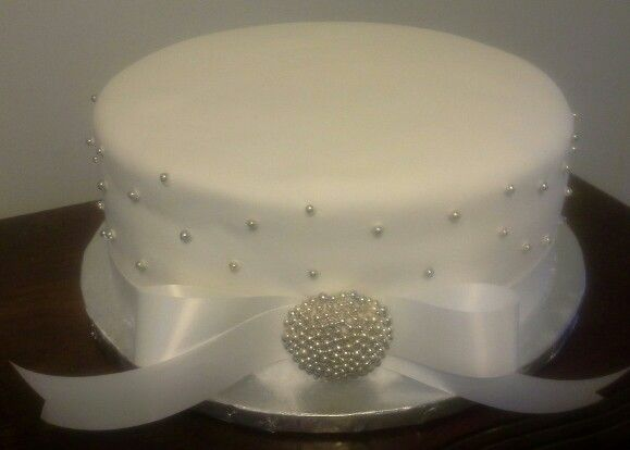 Single tier white and silver