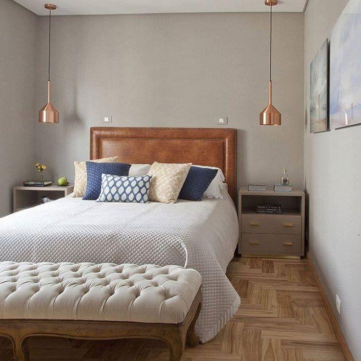 Quarto projetado pelo escritório Figoli-Ravecca para um casal apaixonado pela natureza e animais. Sendo assim optaram por materiais naturais para o ap de 170 metros quadrados. Neste quarto predominam tons neutros e claros a cabeceira por tapeçaria pendentes metalizados toques de cor nas almofadas e este belo banco ao pé da cama é um clássico capitonê e com pés trabalhados em madeira. @OlhardeMahel #Figoli-Ravecca #decoração #decoraçãodeinteriores #quadro #decorquarto #decordodia…