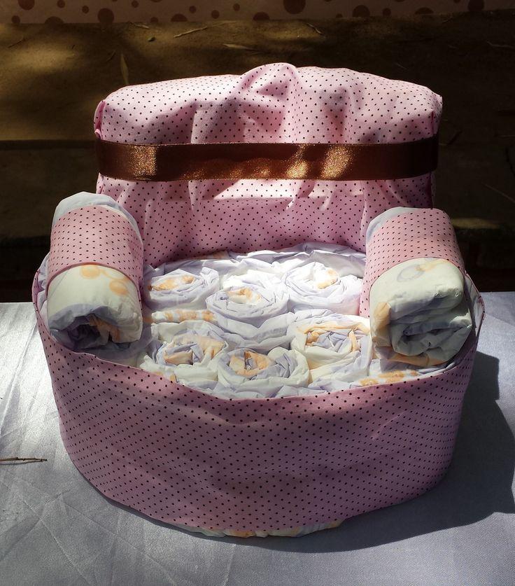 Poltrona feita com fralda descartável, ideal para decorar a mesa do chá de fralda ou chá de bebê. pode ser feito na cor que desejar