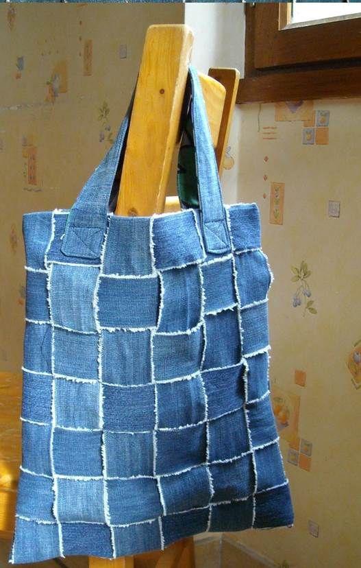 As calças jeans que ficam gastas de tanto serem usadas todos os dias e às vezes estão tão velhinhas que não servem nem para serem doadas, podem ser a matéria-prima para uma bolsa original.