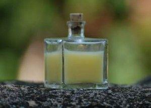 Extra kímélő sampon házilag: Hozzávalók: 300 ml desztillált (ioncserélt) víz 15 ml Alkil-poliglükozid vagy decil-glükozid 5 evőkanál tengeri só 1 evőkanál kókusz olaj 1 evőkanál méz 1 evőkanál glicerin 1 evőkanál mandula olaj 1 evőkanál lysolecithin 1 evőkanál guar gumi/solagum/xanthan gumi 15 csepp illóolaj 40 csepp Biokons