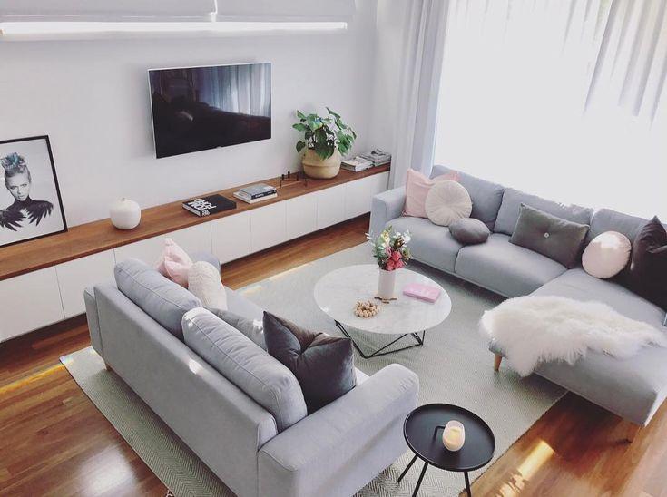 La imagen puede contener: una persona, sentada, sala de estar, mesa e interior