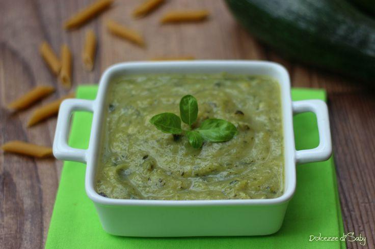 La crema di zucchine é un velocissimo condimento per pasta che si prepara nel tempo di cottura della pasta, si puó anche conservare in freezer.