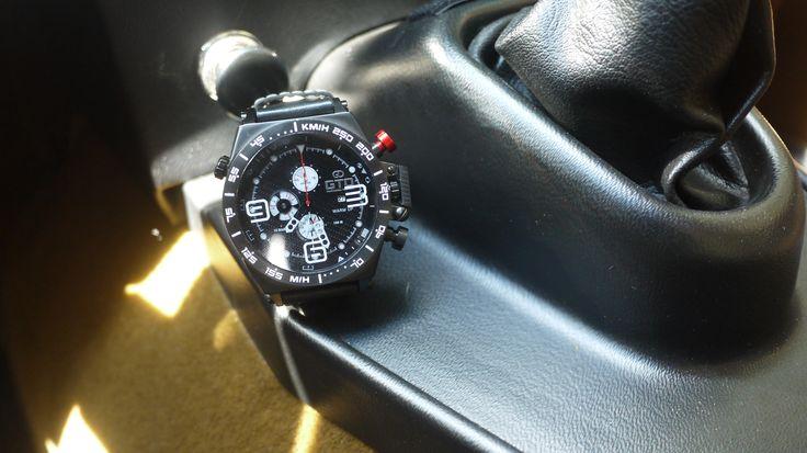Montre homme sport Warm Up de GTO - bouton rouge pour un look dédié à l'automobile #montre #sport #homme #automobile #voiture #noir