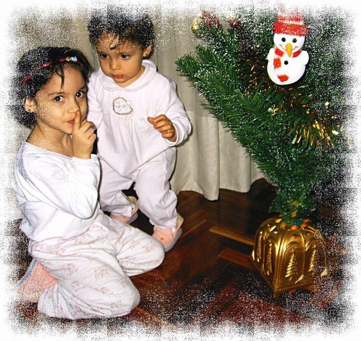 Esta semana en las fechas tan entrañables en que nos encontramos recupero para el #tbt una foto de #misprincesas junto al #árboldeNavidad que cada año acompaña nuestro salón.  Me encanta el gesto de #miprincesaMercedes y la carita de #miprincesaSofía . . . . . . #pepemartinv #misporqués #familia #family #felicidad #happy #sinfiltro #nofilter #Navidad2017