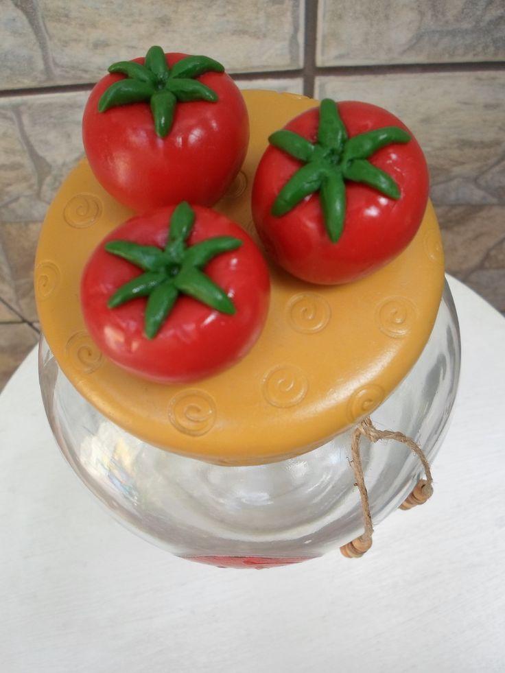 Pote de vidro com aplicação de decoupage no vidro e tampa com tomates em biscuit. <br>O modelo do vidro é de palmito com a boca estreita medindo 7,5 cm. A tampa é de plástico modelo de rosca.