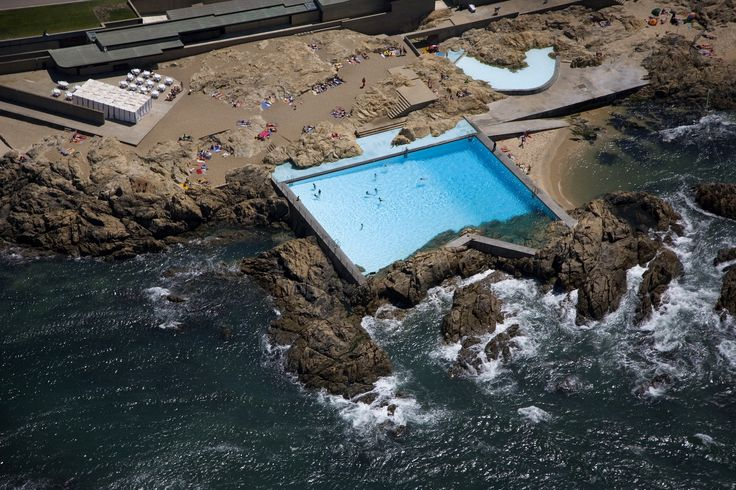 These Stunning Photos Commemorate the 50th Anniversary of Alvaro Siza's Pool On The Beach,© Fernando Guerra | FG+SG