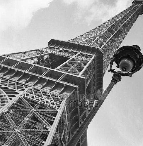 Eiffelturm in Paris, 1963 keberlein/Timeline Images #Atmosphäre #atmosphärisch #Design #Designkonzept #Farben #Konzept #kreativ #Kreativität #Moodboard #Mood #Stimmung #stimmungsvoll #Thema #Moodboardideen #Moodboarddesign #Paris #Cafe #Kontraste #Touristen #Jacken #Mäntel #60er