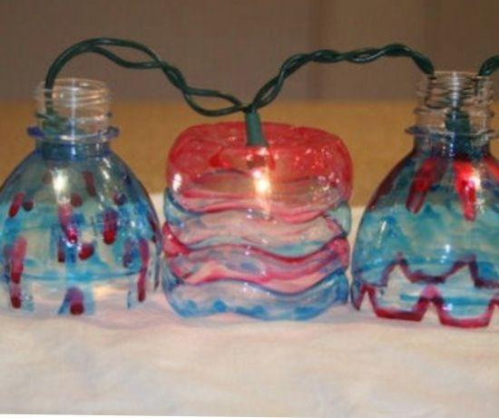 Lichtjes van versierde flessen