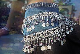 Lenço de quadril bordado com pedrarias, madrepérolas e medalhas.sobre delicado bico de crôche aplicado em musseline azul metálico      ...
