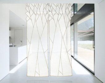 Dies ist eine Fensterbehandlung sowie Stoff-Kunst, die im Sonnenlicht und übersetzt sie in zarte Beleuchtung anstatt es zu verschließen. Durch die Hintergrundbeleuchtung leuchtet, macht das Gewebe seine Transluzenz, vereint die Aussicht aus dem Fenster. Es schafft eine anspruchsvolle Umgebung, mit dem Zusatz von Linien, die durch die Überlappung der Formen innerhalb der Arbeit erstellt werden. Mit diesen Linien in Ergänzungen zu den hellen Farben für jede Form schafft es einen neu…