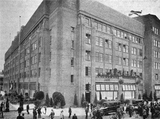 De voor-en zijgevel van het 1e Jaarbeursgebouw te Utrecht
