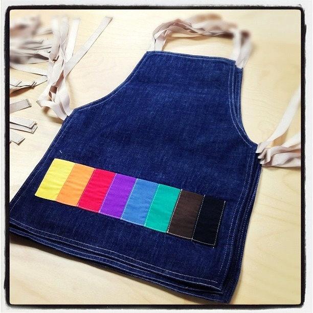 grembiule jeans con tasca multicolor