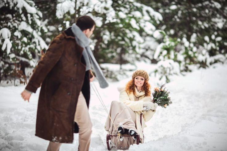 Если вы думаете о зимней свадьбе в долине Лефкадия, то советуем обратить внимание на верхнюю одежду. Да, зимой у нас не особенно холодно, однако мы находимся не на экваторе, а во время свадебной фотосессии придётся провести много времени на свежем воздухе. Необязательно покупать дорогие шубы и манто, можно одеться стильно, но при этом забавно. Например, для невесты выбрать заячий тулуп и русский платок, а для жениха подобрать модную телогрейку и треух!