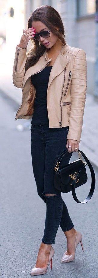Tenue: Veste motard en cuir brune claire, T-shirt à col rond noir, Jean skinny déchiré bleu marine, Escarpins en cuir roses