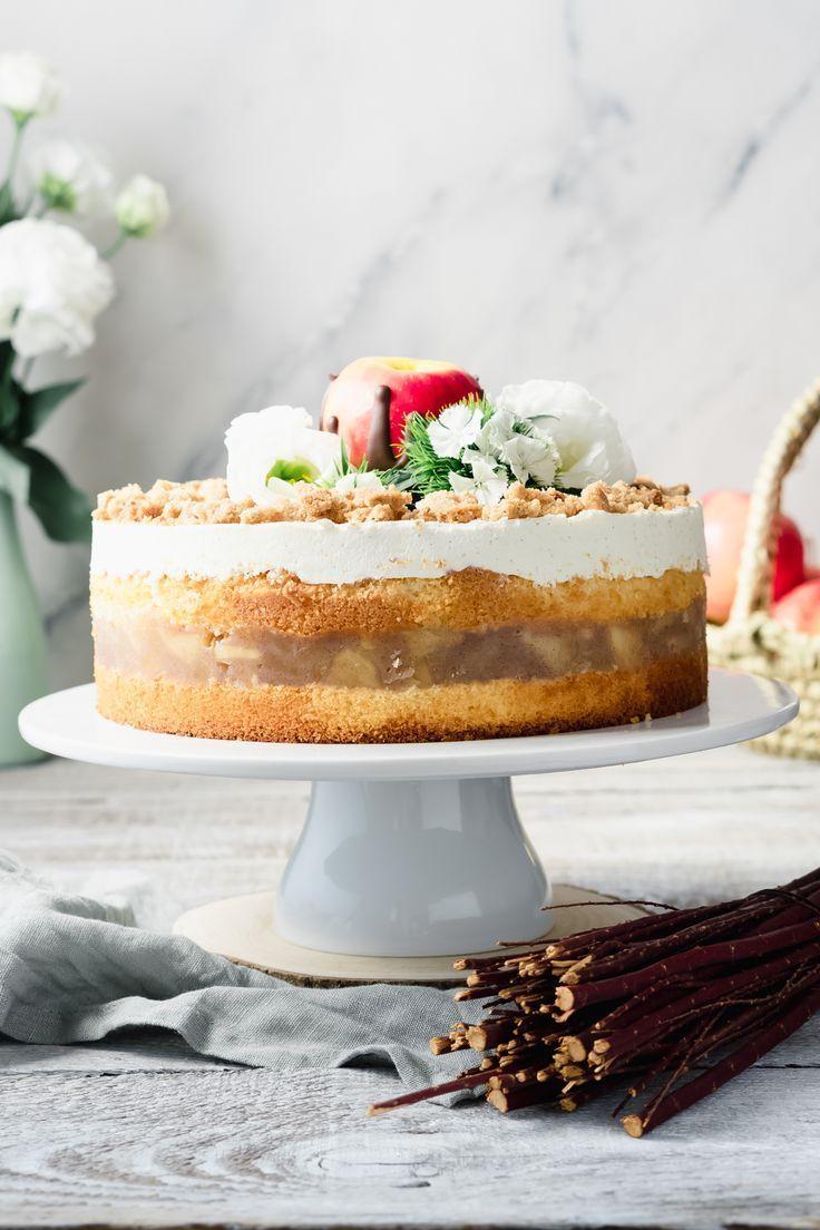 Apple pie with vanilla cream and cinnamon crumble
