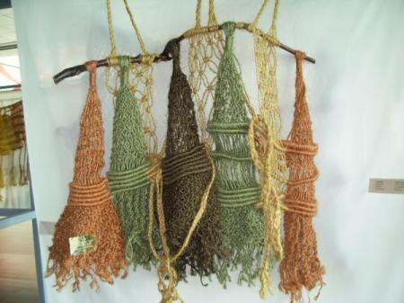 decoración textil, realizada en macramé murales textiles soporte de rama de arbol,tejido en sisal-lanas,algodones macramé  tecnica de nudos