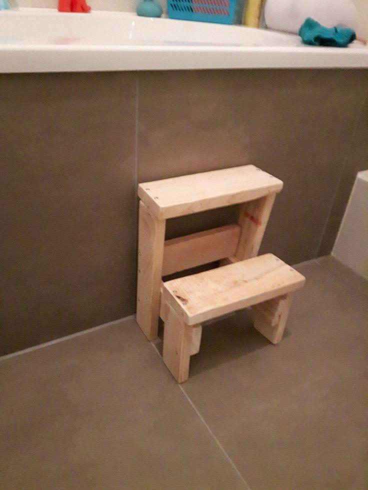Schattig kindertrapje voor bij de wc. Gemaakt van pallethout.