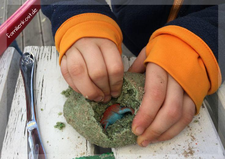 Spielzeug Dino aus Ei befreien