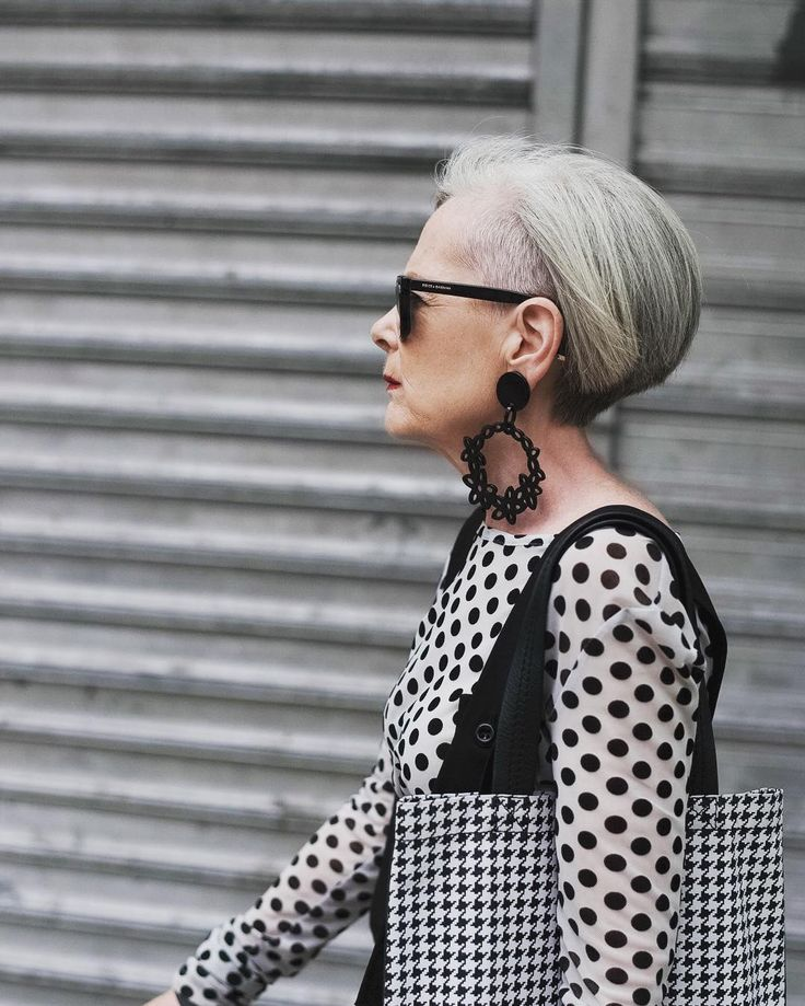 Lyn Slater describes her style as minimalism, avant-garde, nonchalance, and monochrome.