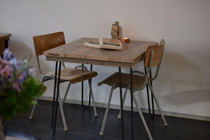 Industriële inrichting horeca   kleine eettafel met gebruikt steigerhout en hairpin legs   VanStoerHout