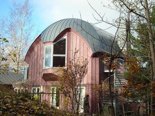 Almandinen (namnet efter ädelstenen granat), byggt som musikhus, nu fullt av Örjanskolebarn.