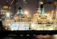 102_4555  Die beiden Passagierschiffe AMADEA und ALBATROSS liegen für Wartungs- arbeiten im Blohm + Voss Dock Elbe 17. Dieses Dock ist mit 351 m Länge sowie 59 m Breite eines der größten Trockendocks Europas