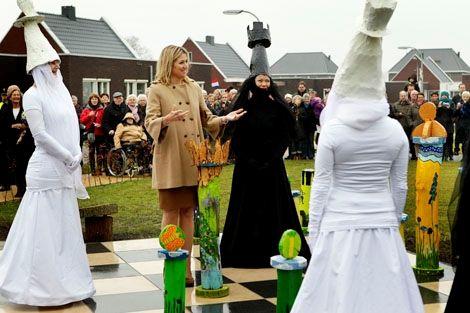 Zuidhorn, 29 november 2011: Prinses Máxima bij de nieuwe zorg- en woonlocatie Zonnehuis Oostergast. Hier wonen mensen die lichte zorg of intensieve verpleging nodig hebben. © ANP; foto: Vincent Jannink