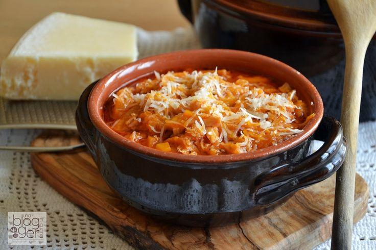 Trippa alla fanese, un piatto unico e povero della tradizione marchigiana, preparato con un taglio del quinto quarto, concentrato di pomodoro e verdure.