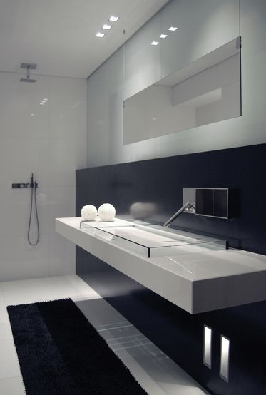 Black and white bathroom, Side lighting by Kreon (ceiling and walls) _