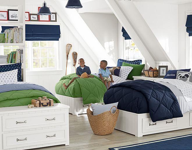 chambre enfant blanche et claire au charme rétro avec une literie en bleu et vert et stores en bleu foncé