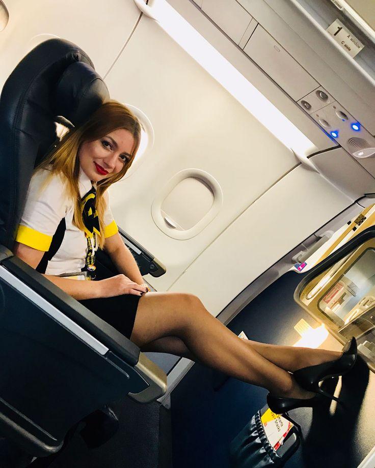 стюардесса позирует в кресле жопе, девушка