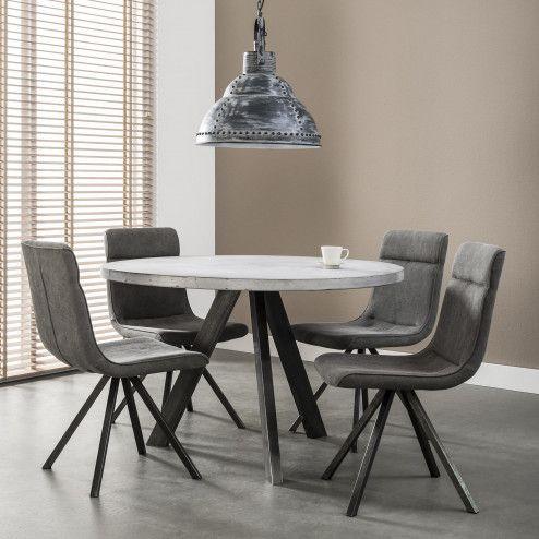 Ronde Eettafel 'Melvyn' Beton 120cm   Deze ronde eetkamertafel is uitgevoerd in een betonlook. Met een diameter van 120 centimeter is dit een kleine tafel waar vier eetkamerstoelen omheen passen. De zwarte RVS driepoot, van 8 x 4 centimeter, geeft de tafel een stoere uitstraling.