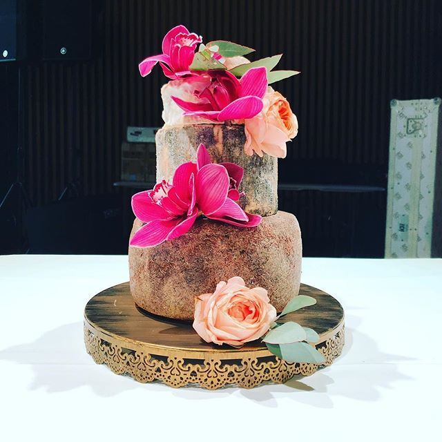 Stunning tower for A & As wedding yesterday. Loved working with @oak_and_holly flowers at MAIA Docklands. Matt said its one of his favourites. Big congrats to the lovely couple and best wishes for the future! #melbournecheesecave