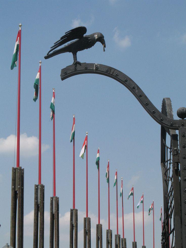 Een rij vlaggenmasten markeert op de Boedaheuvel de archeologische opgravingen.