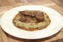 Από τον chef Ιωσήφ Μπεϊντάρη Ημερομηνία Προβολής: 23/11/2011 – Πατήστε εδώ για να δείτε το video ΥΛΙΚΑ 700 γρ. μοσχάρι (χτένι ή σπάλα) σε λεπτές φέτες 1 πράσινη πιπεριά 300 ml ξανθιά μπύρα 1 κρεμμύδι 1 κ.σ. κόλιανδρο 1 κ.σ. κύμινο 2 φύλλα δάφνης 1 κ.σ. πιπέρι καγιέν 1 κ.σ. πάπρικα 1 κ.σ. ρίγανη Ελαιόλαδο …