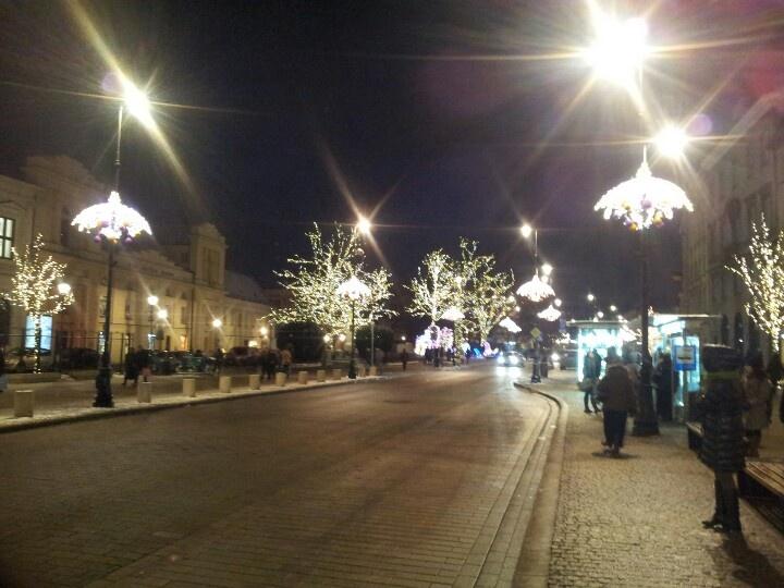 Warszawskie Krakowskie Przedmieście zimową nocą