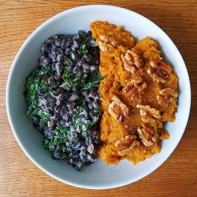 Qu'est-ce qui importe vraiment : la tâche qu'il vous reste à terminer pour le travail, les mailsdans votre boîte aux lettres, ou alors... vous ?  Cette semaine, pour prendre soin de VOUS, on vous mâche le travail avec un plat tout doux : une purée de patate (douce !) parfumée à l'huile de coco, avec une salade de kale et de haricots... ✨ Vous avez jusqu'à ce soir minuit pour commander sur www.funkyveggie.fr !  @rainger.rococo