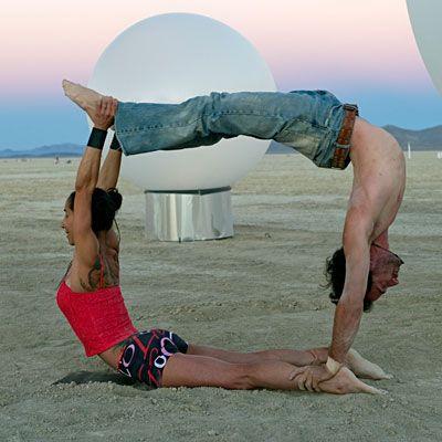 quiero una pareja de acroyoga     http://seattleacro.com/images/photos/Burningman_AcroYoga_03.jpg