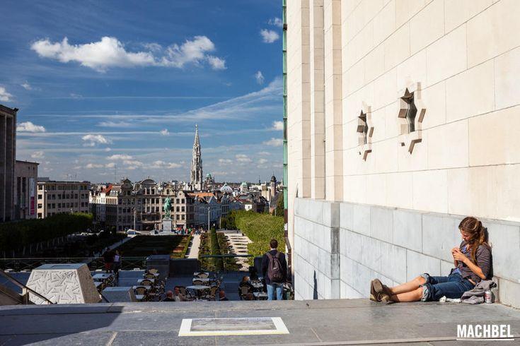 Recorrido por la Rue Royale de Bruselas, desde la plaza real hasta les Marolles, zona pintoresca a un paso del centro de la ciudad.