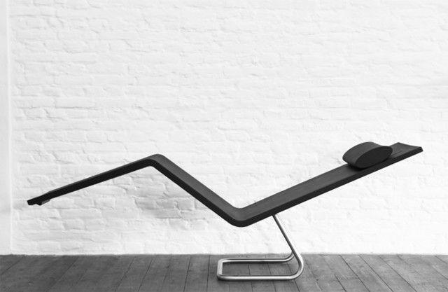 Sembra una scultura la chaise longue MSV Chaise di Vitra. Non appena la si utilizza, si apprezza subito il suo estremo comfort: la morbida schiuma integrale si adatta alla forma del corpo e la struttura della base, in acciaio inox, consente di passare dalla posizione seduta a quella distesa in tutta semplicità. Adatta anche all'esterno. Misura L 154 x P 45, x H 86,7 cm. Prezzo 1,555 euro. www.vitra.com