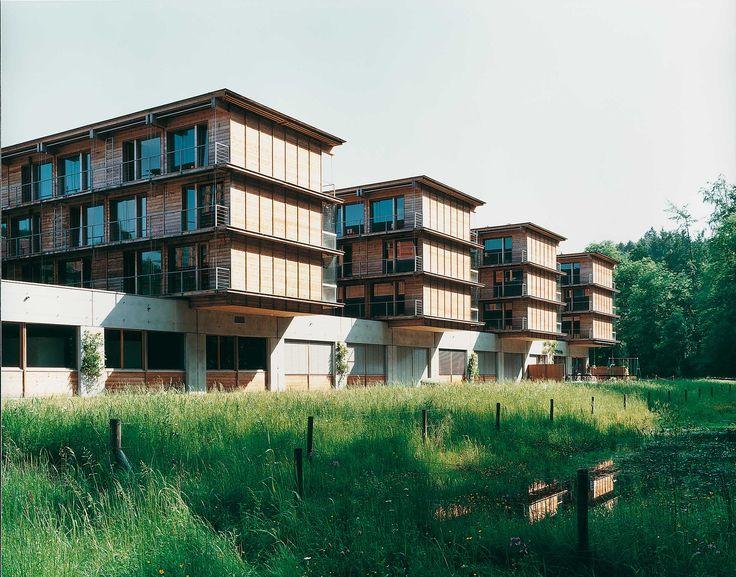Interkantonale Försterschule und Bildungszentrum, Lyss BE  /// Holz fügt sich zu Holz /// Mit Ausnahme des 160 Meter langen Betonsockels ist bei der dreigeschossigen Försterschule alles aus Holz. In den 1990er-Jahren bedeutete das eine architektonische Pioniertat.  Konstruktiv war das Gebäude ursprünglich als Betonskelett angedacht, wurde dann aber durchwegs mit Holz ausgeführt – wobei innovative Formen der Holzverbindung entwickelt wurden. Foto: © Georg Aerni, Zürich #ittenbrechbühl