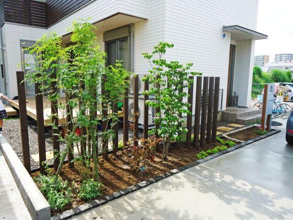 スリットフェンスと植栽で上手に目隠し のびのび過ごせる芝生のプライベートガーデンに 千葉県匝瑳市 植木 庭木販売 植栽 ガーデン工事 株式会社角田園 庭 砂場 庭 プライベートガーデン